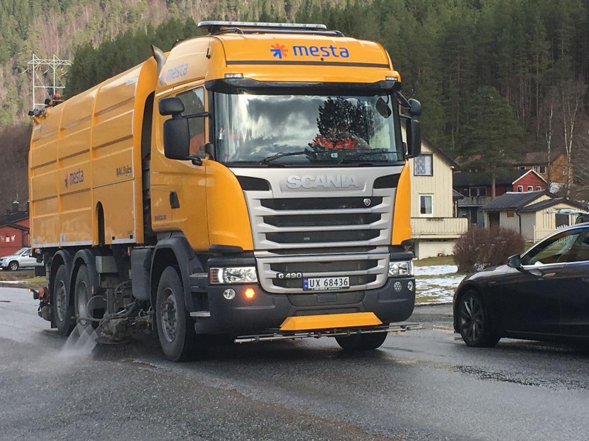 Vårpuss av FV671 i Todalen med Mestas feiebil.  Foto: Jon Olav Ørsal