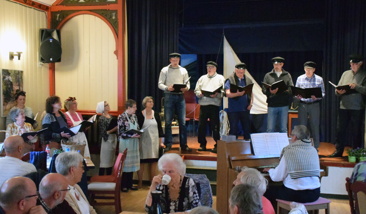 P17-koret med kostymer inspirert frå kabareten