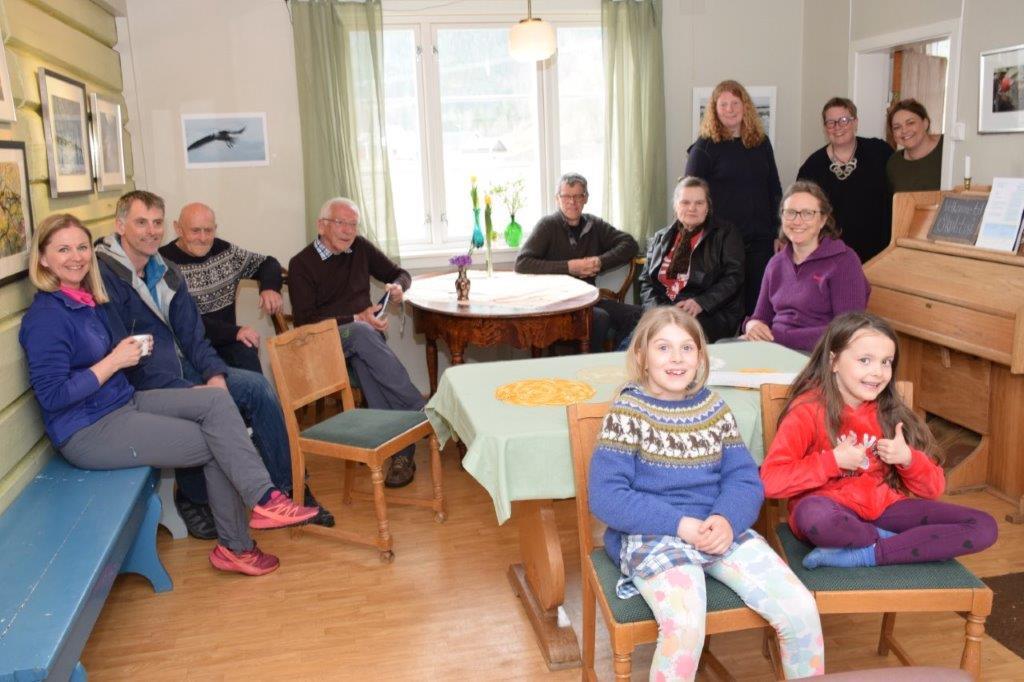 Nokre av gjestane som har vore innom utstillinga i Skulestua.  Foto: Jon Olav Ørsal