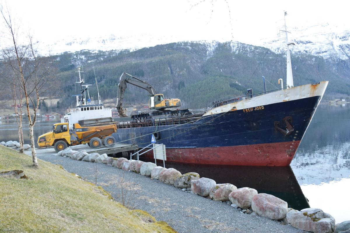 MS Freifjord lossa ca. 1050 tonn med singel og knusagrus ved sandkaia.  Foto: Jon Olav Ørsal