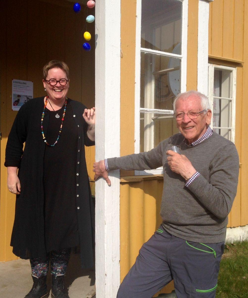 Utstillarane Sissel og Reidar var godt nøgd med opningsdagen, og ynskjer alle velkomne kvar dag i påska mellom 14.00 -16.00..  Foto RK