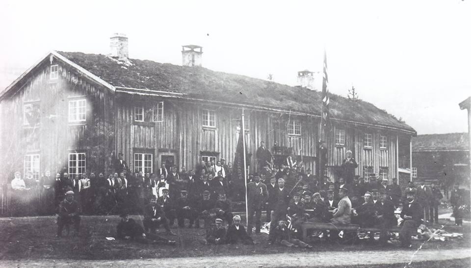 17. mai-feiring på Husbygarden før 1900? Fotoeigar: Todalen historielag.
