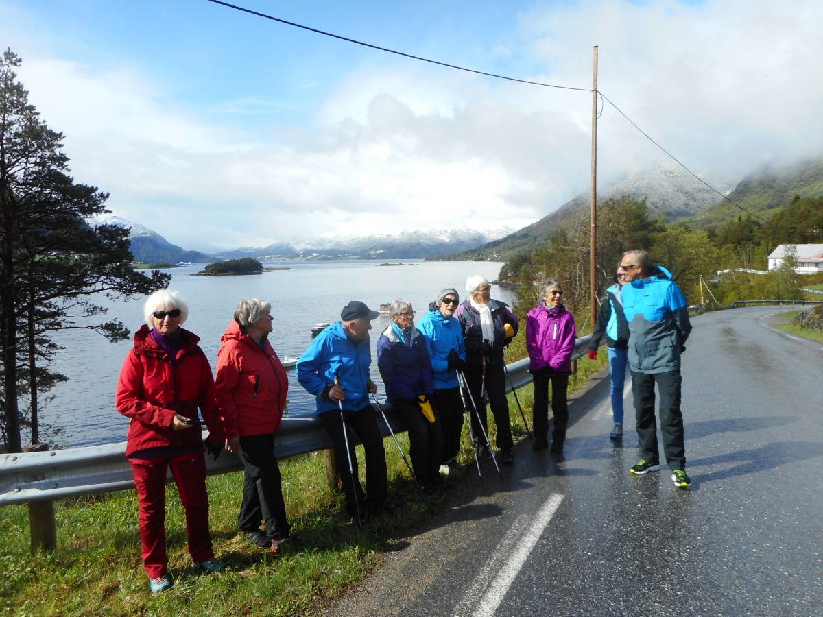 Klare for start på stavgangrunden i Bøfjorden.  Foto: Wenche Kvendset.