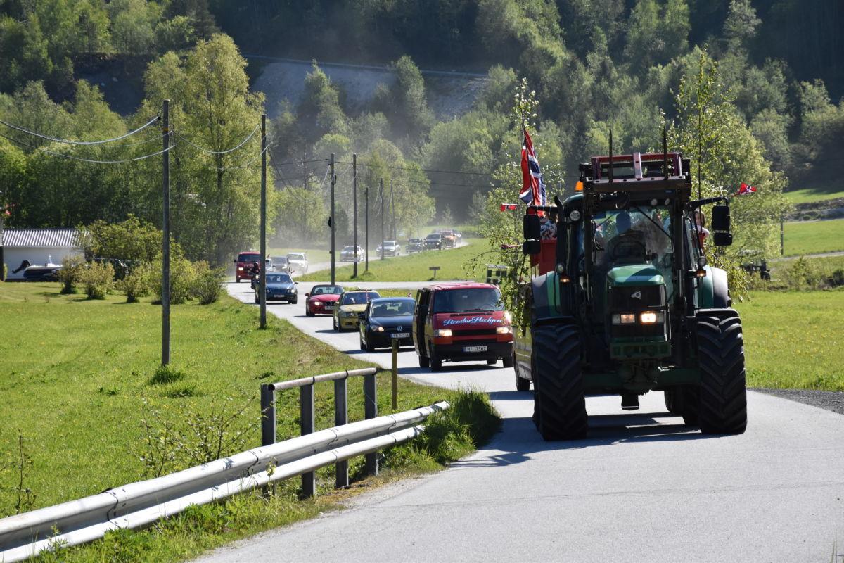 59 traktorar og bilar deltok i år - det er ikkje ofte det er såpass kø etter vegane i Brusetmarka!  Foto: Jon Olav Ørsal