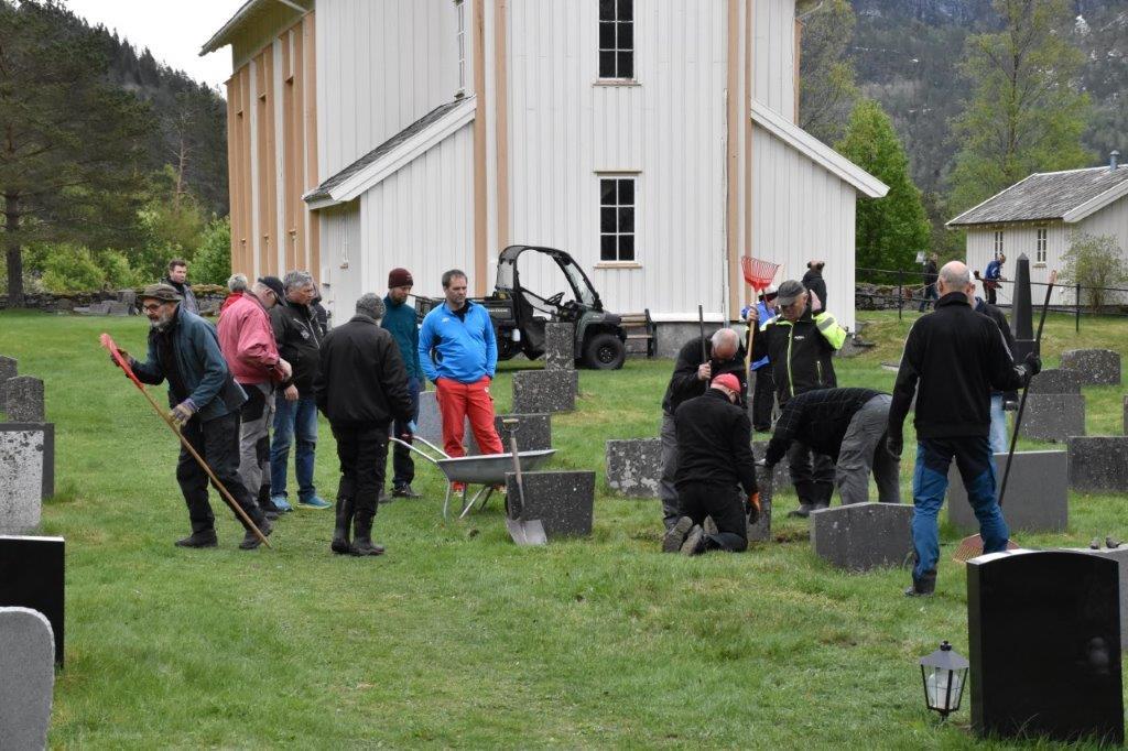 Mellom 40 og 50 deltok på dugnaden på kyrkjegarden i 2019.  Arkivfoto: Jon Olav Ørsal
