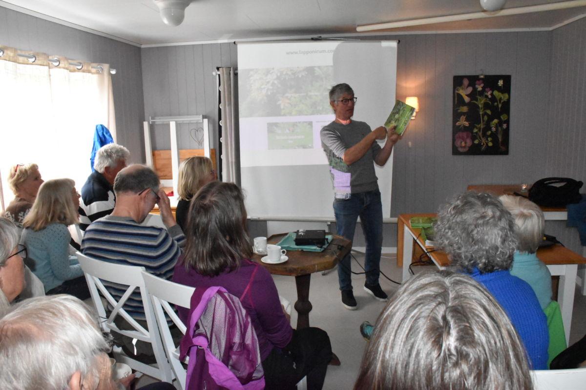 Ole Jonny Larsen hadde eit interessant foredrag som han kalla Rododendron for dummies.  Foto: Jon Olav Ørsal