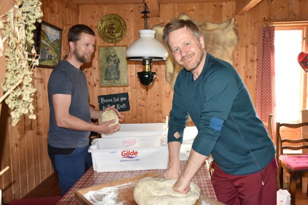 Her blir det steinovnsbakt grovbrød til 17.-frokosten på Bordholmen. Anders Gjeldnes og Knut Bergli i full gang med baking.  Foto: Jon Olav Ørsal