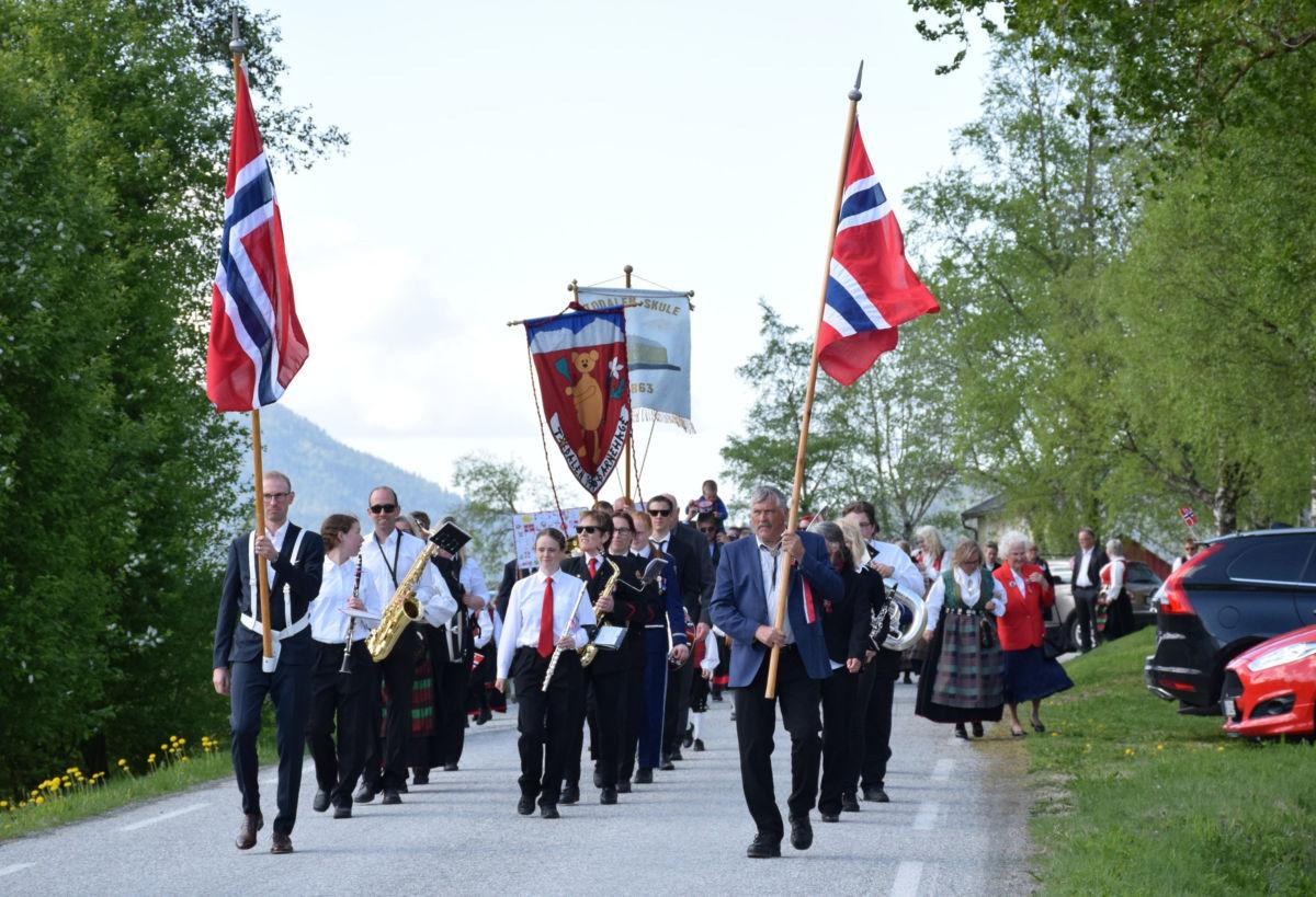 Folketoget går frå Todalen kyrkje til todalen skule - sjølvsagt saman med hornmusikken.  Arkivfoto: JOØ