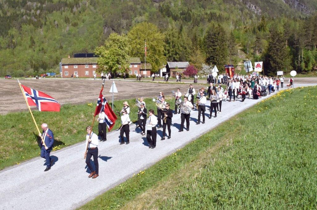 Folketoget på veg ned Pilskaret til skulen.  Foto: Jon Olav Ørsal