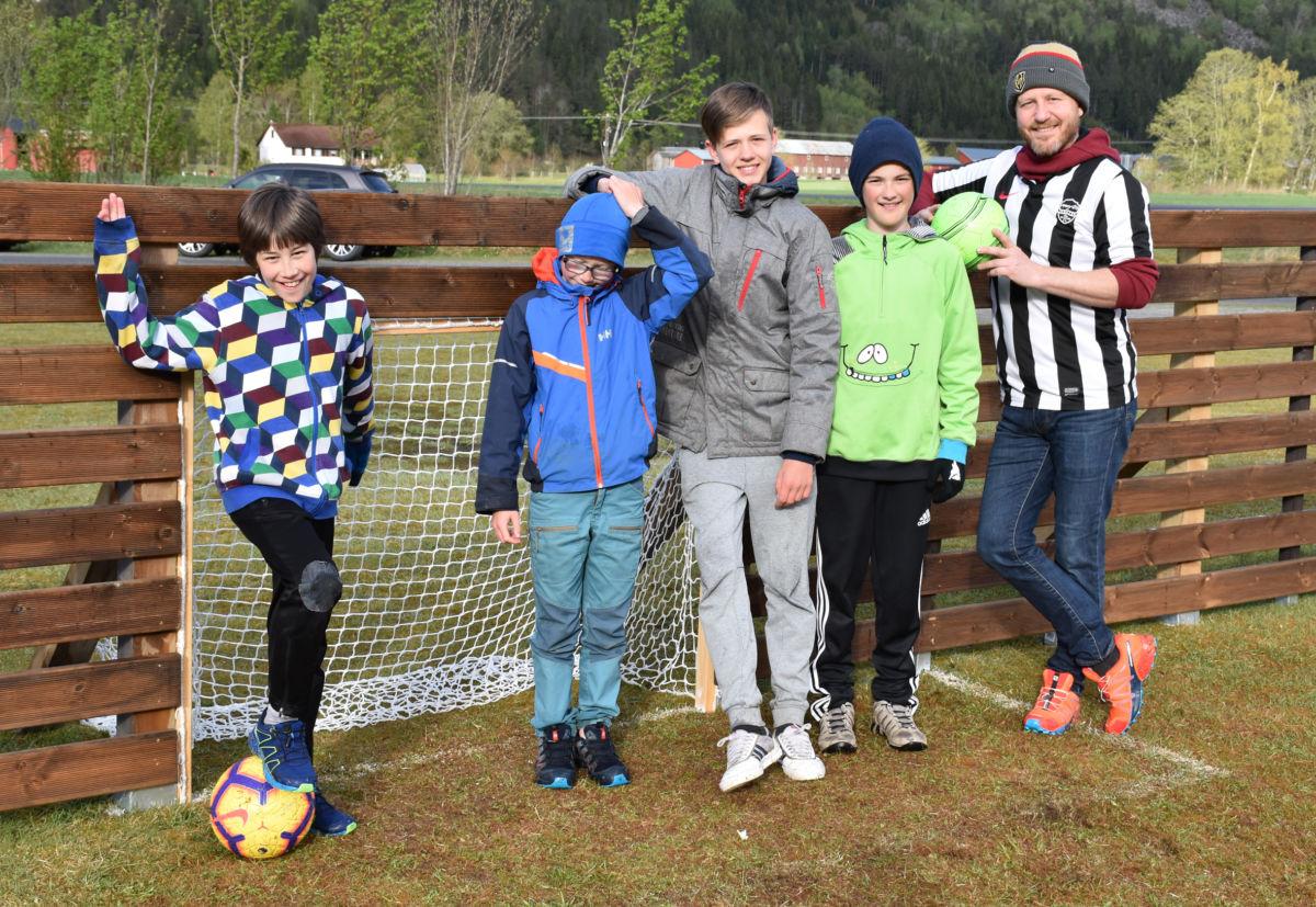 Ballbinen er alt komen i bruk - frå venstre Hallvard R. Nordvik, Markus Bolme, Ingebrigt K. Bergli, Johan Ranes og Knut Bergli.  Foto: Jon Olav Ørsal