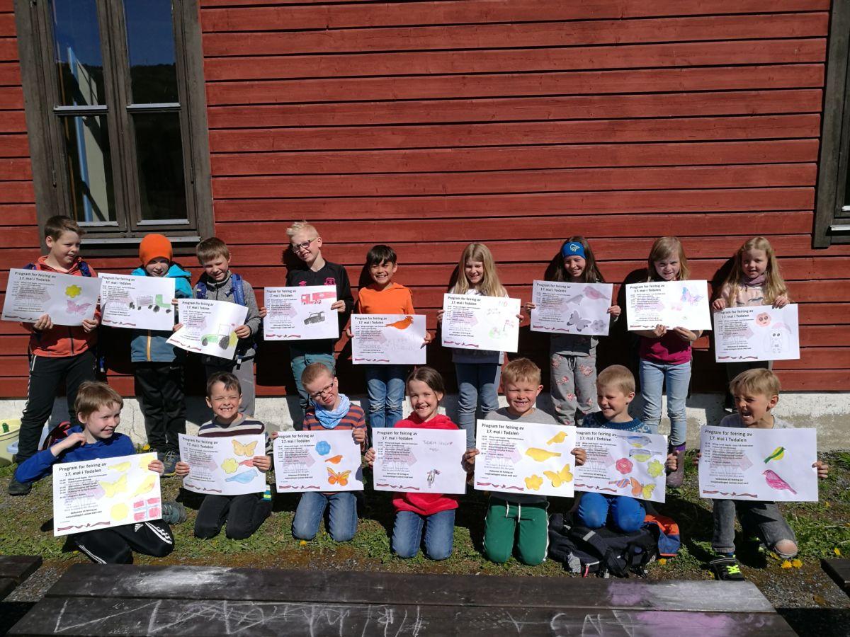 Kvar plakat er unik - skuleborna har dekorert kvar sin plakat.  Foto: Britt Mossing