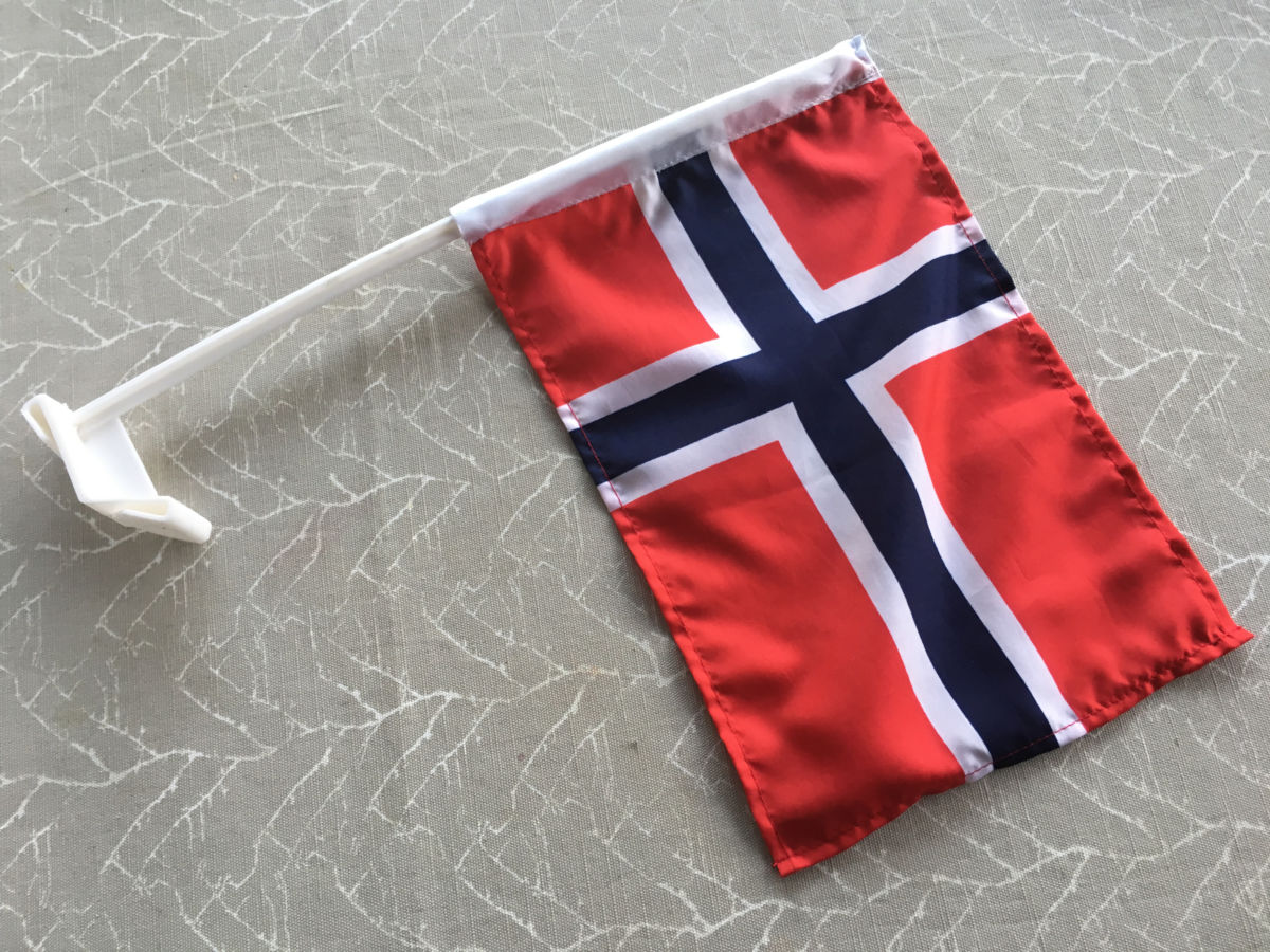Bilflagg i plast som vart funne etter biltoget 17. mai Foto: JOØ