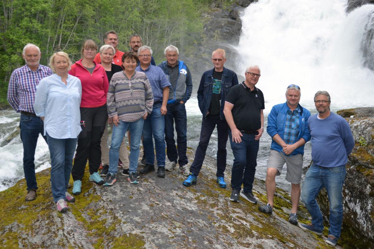 her er heile gjengen som deltok på synfaringa i dag samla ved Storfossen.  Foto: Driva/Geir Forbregd