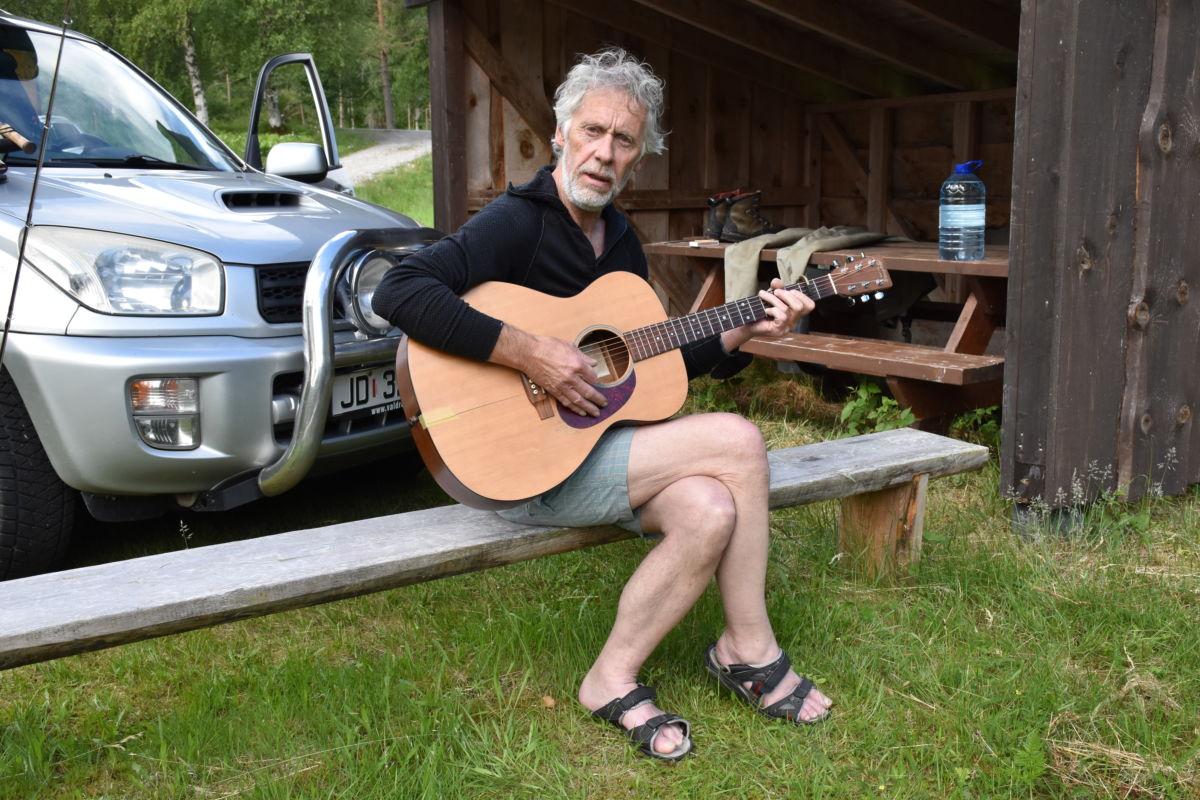 Terje Kristiansen kosa seg med ein trudelutt på gitaren medan han hadde pause frå laksefisket.  Foto Jon Olav Ørsal