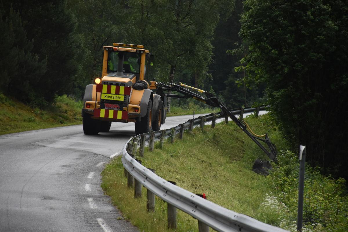 Kantslått pågår etter fylkesvegen rundt bygda.  Foto: Jon Olav Ørsal