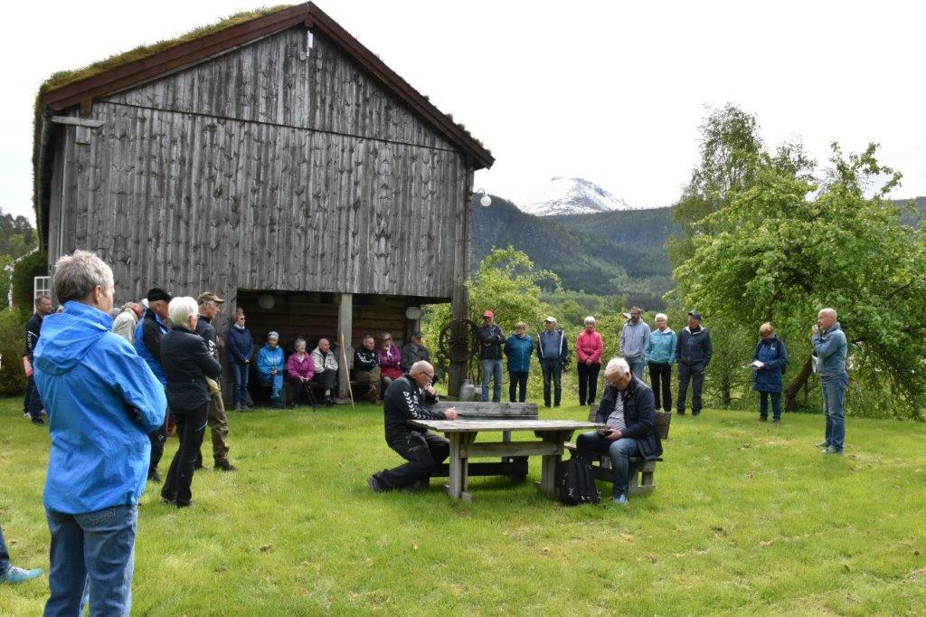 Gudmund Husby fortalte om historia til Husbygardane som går heilt tilbake til slutten av vikingetida.  Foto: Jon Olav Ørsal