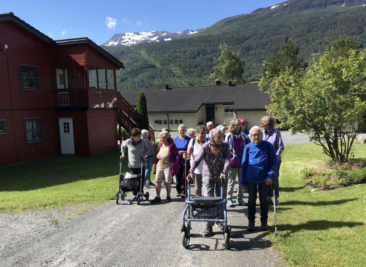 Ein stor flokk starta på tur frå Sanitetshuset. Foto: Dordi J H