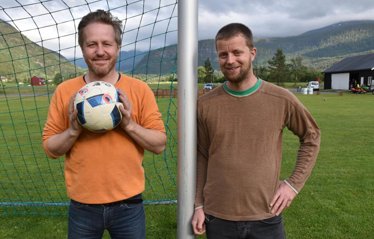 Nærare 40 lag stiller som deltakarar på fotballcupen under Todalsdagen, fortel Knut Bergli og Anders Gjeldnes i Todalen IL.  Foto: Jon Olav Ørsal