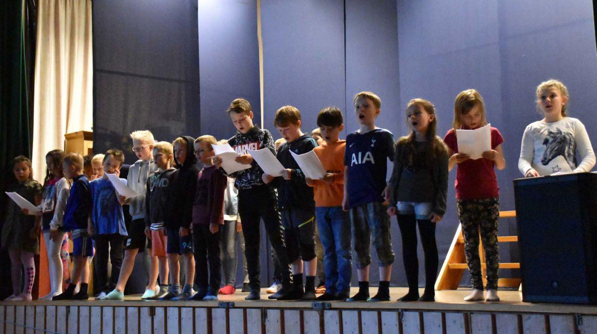 Kulturinnslag frå scena - alle elevane deltok i songen .  foto: Jon Olav Ørsal