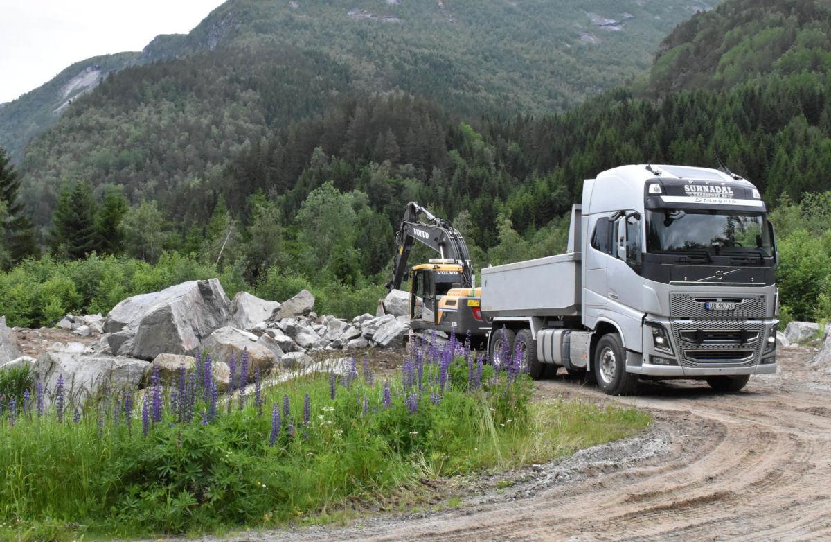 Far og son Stangvik har trafikkert med steinlass dei siste par dagane.  Foto: Jon Olav Ørsal
