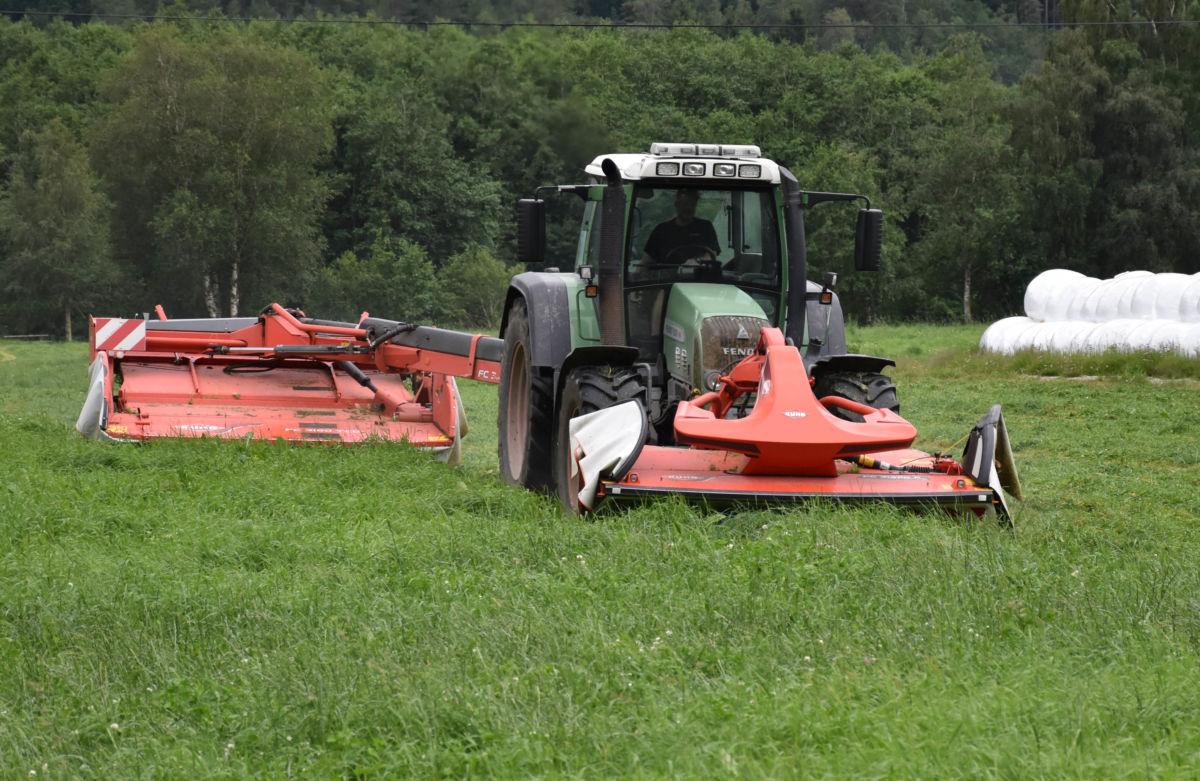 Effektivt - med to slåmaskiner på traktoren tek ein to skårar på til saman 6 meters bredde.  Foto: Jon Olav Ørsal
