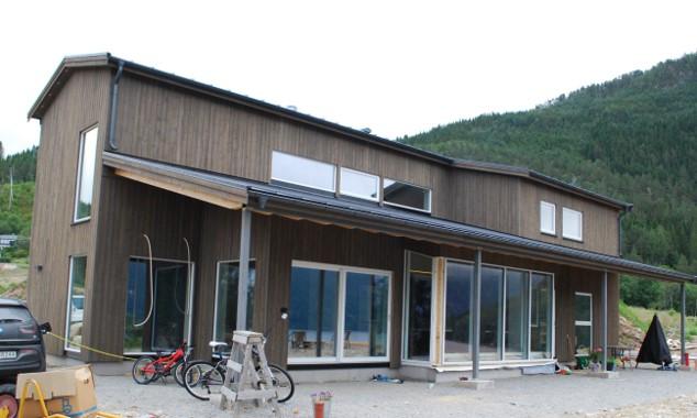 Først ute i det nye byggefeltet var familien Vikan, som flytta inn for et par uker siden.  Foto Sverre Kjølstad