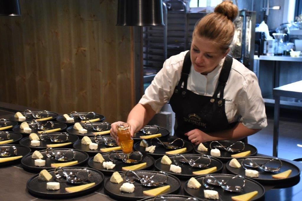 Klargjering av ein av dessertane - lokale ostar servert med lokalprodusert honning.  Foto. Driva/Jon Olav Ørsal