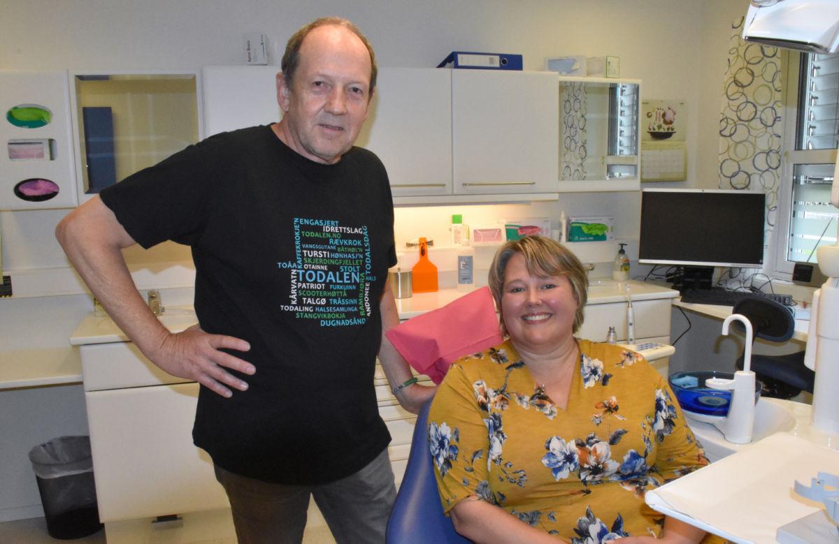 Ordførarkandidat Anett Ranes i tannlegestolen - her saman med listekandidat for AP, Odd Arild Sande med aktuell T-skjorte!  Foto: Jon Olav Ørsal
