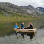 Tre  store  småsildfiskarar  i  ein  liten  båt  på  Øvre  Neådalsvatnet