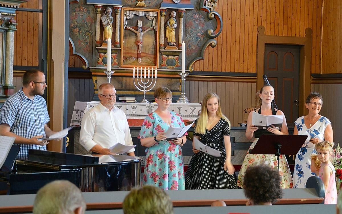 Familiekoret Standal Volle under framføringa av «The Lord is my Shepherd» av Goodall.  Foto: Bernt Bøe
