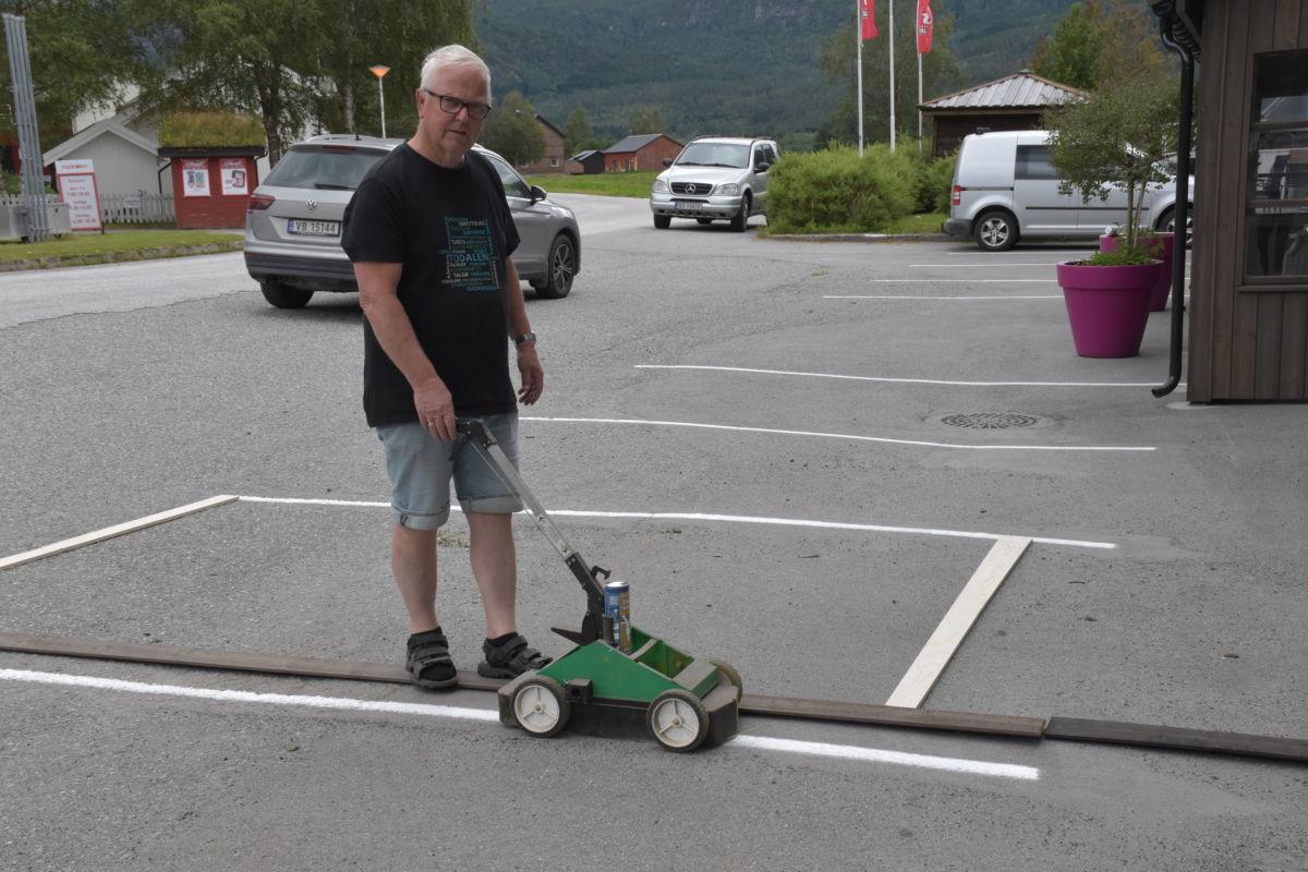 John Moe nytta lardagen til å merke parkeringsplassen på Talgø.  Foto: Jon Olav Ørsal