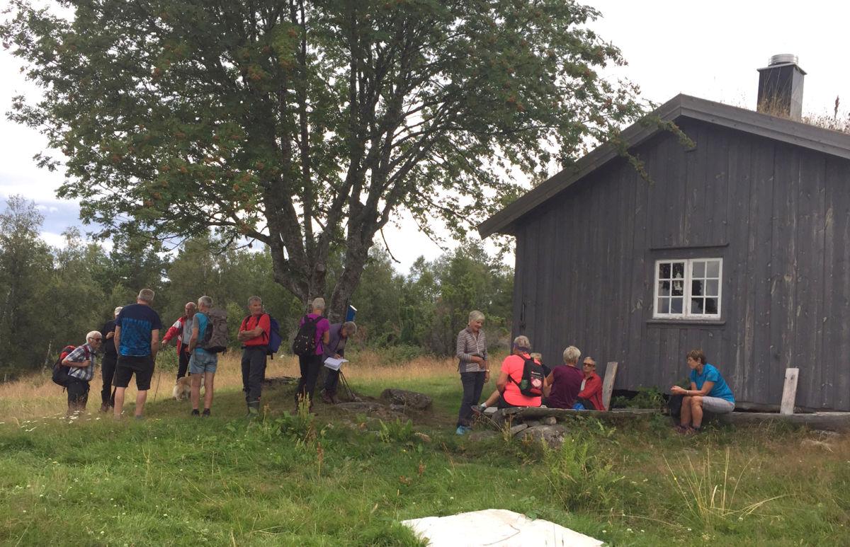 Ved fjøset på Storsetra.  Foto: Marit Haugen