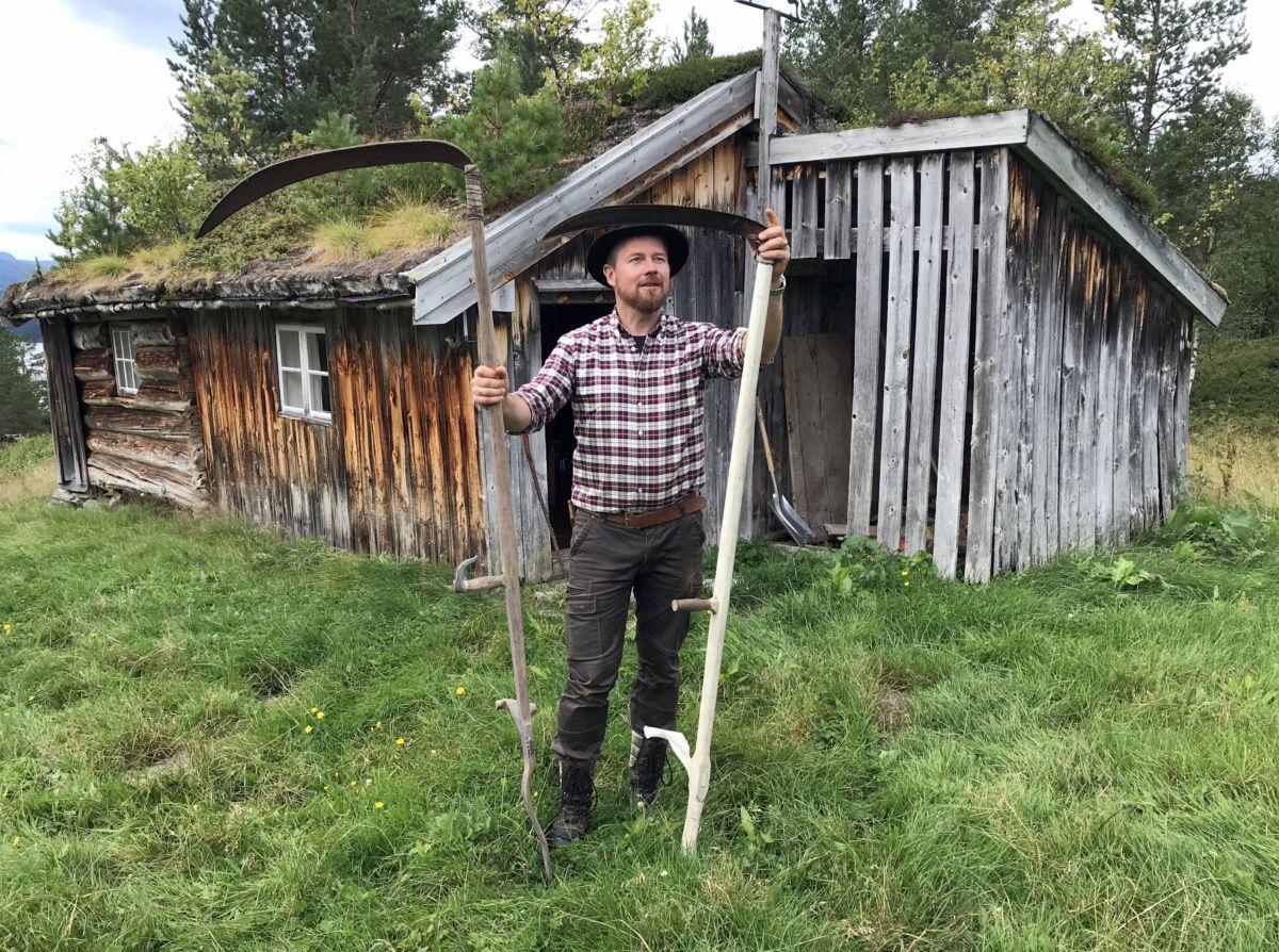 Oddvar Mikkelsen på framfor Gammelstusetra. Den største ljåen var bruka til utmarksslått. Foto: Dordi J H