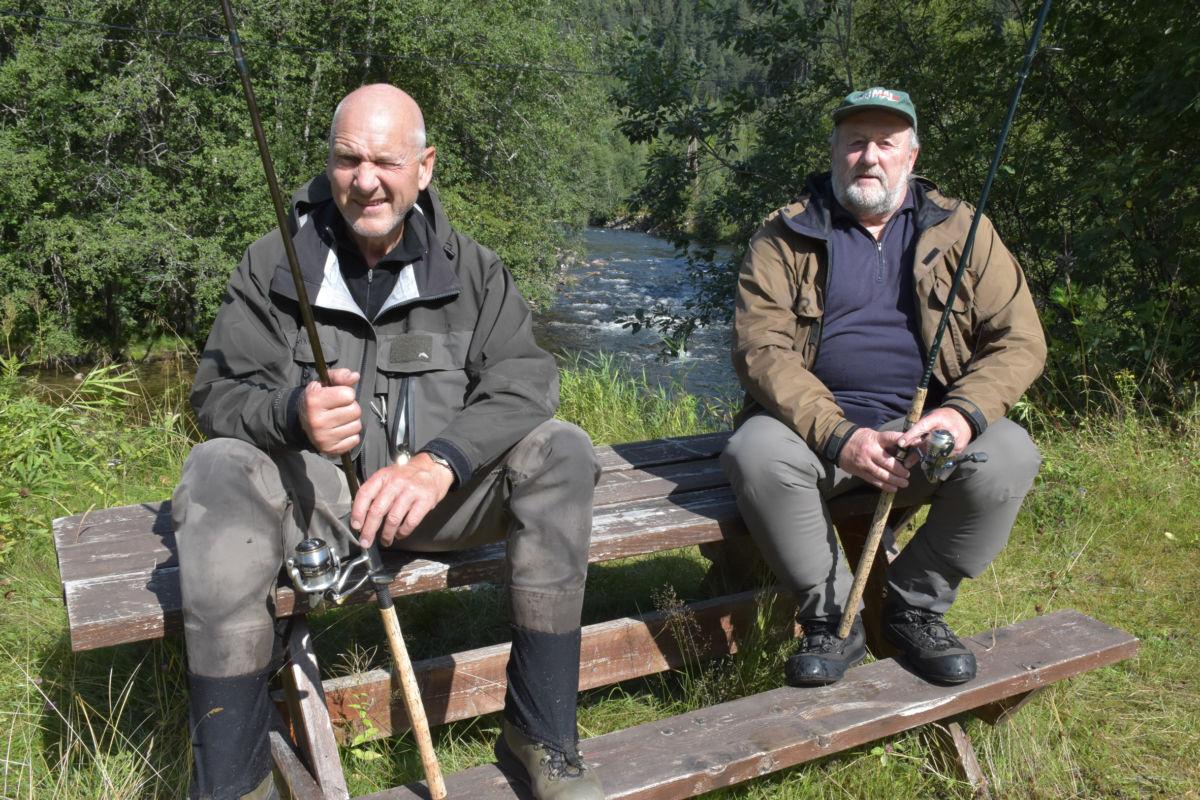 Siste innspurt - Jan Holm og Arild Andersen kosa seg på benken ved Stillhølen.  Foto: Jon Olav Ørsal