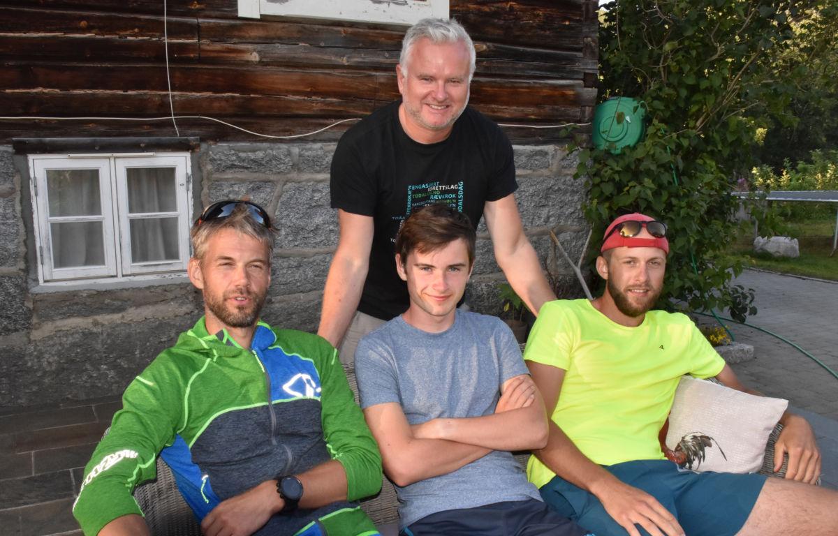 Gudmund Kårvatn saman med testløparane som søndag var ute på løypetesting, frå venstre Robert Sørlie, Erik Kårvatn og Kristoffer Nordvik