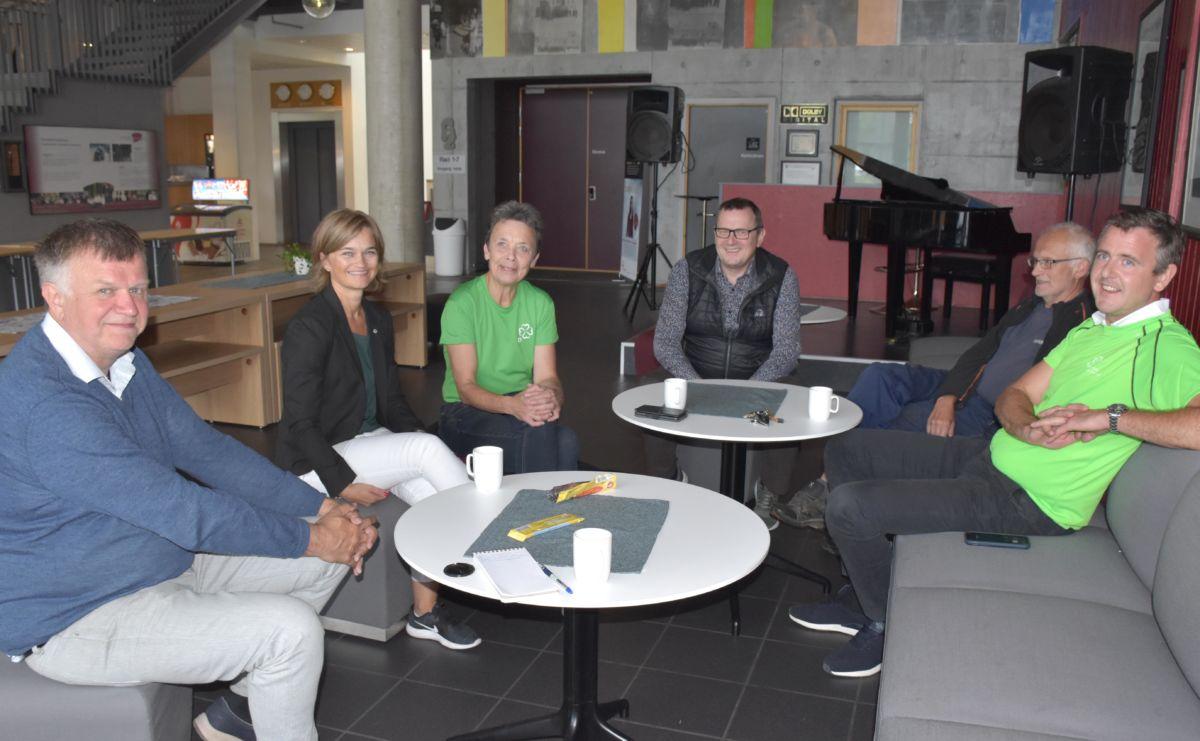 På pressekaffe på Kulturhuset: Bernt Venås, Margrete Svinvik, Kristin Sørheim, bergsvein Brøske, Lars Polden og Nils Håvard Øyås.