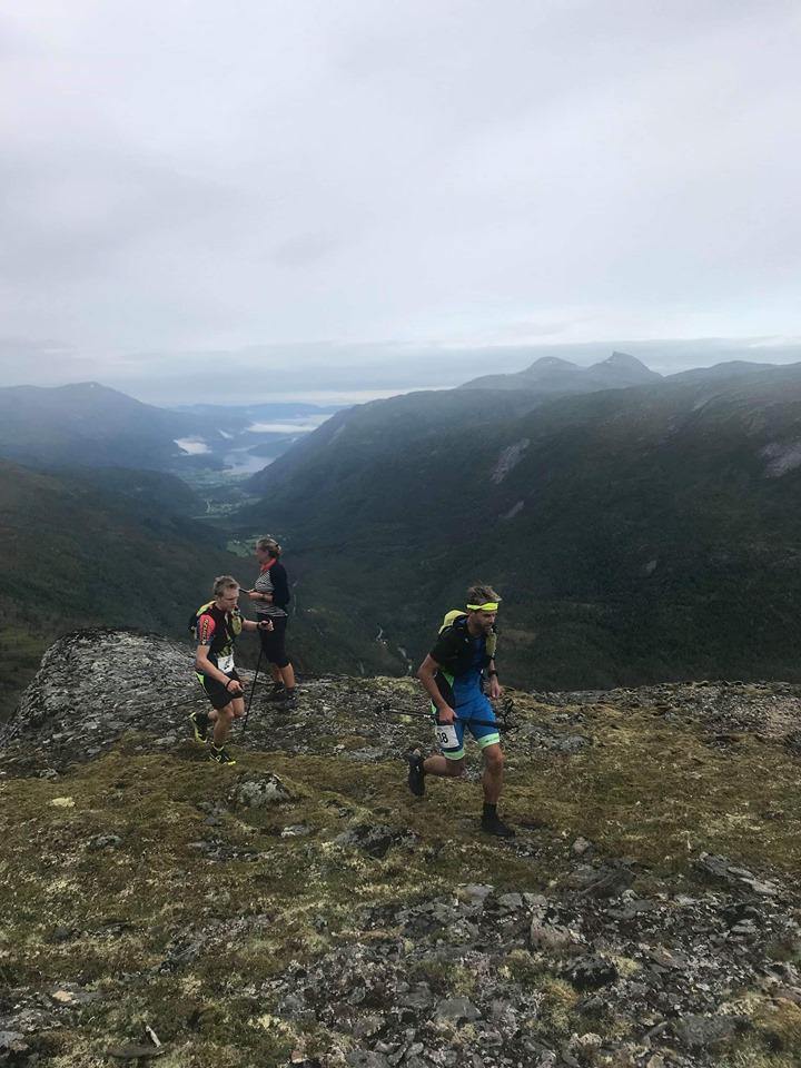 Robert Sørlie har passert Tovatna og er på tur mot Kårvatn og målgang.  Foto: Cathrine Kårvatn