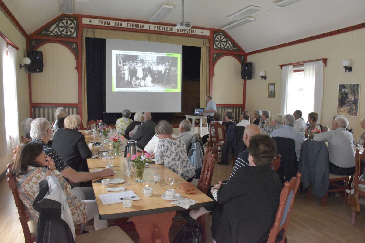 Odd Arild Sande hadde laga ein presentasjon for å vise fotominner frå heile slekta frå Falløya.  Foto: Jon Olav Ørsal