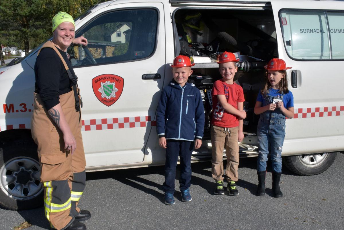 Feiar og brannkonstabel Marie Husby-Martinussen med småkonstablane Anders, Jakob og Lisa.  Foto: Jon Olav Ørsal