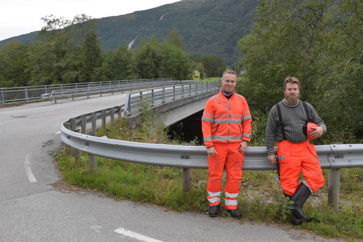 Lars Walle og Erik Tornes frå Vegkontoret i Molde kontrollerer at bruene er i god teknisk stand.  Foto: Jon Olav Ørsal