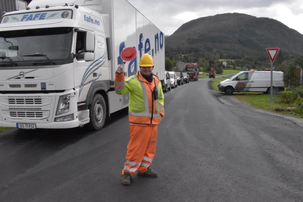 Morten Kleven Weiseth har vore trafikkvakt, og rapporterer om tålmodig billistar medan asfalteringa har pågått.  Foto: Jon Olav Ørsal