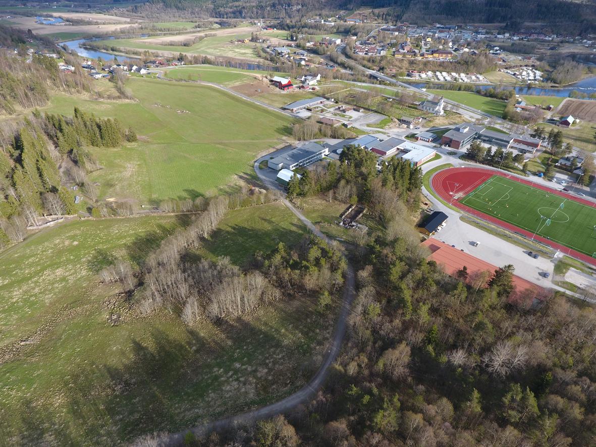 Dronebilde frå Skeiområdet, der ein ser anlegg frå krigen. Foto: Edvard Bele Søterbø