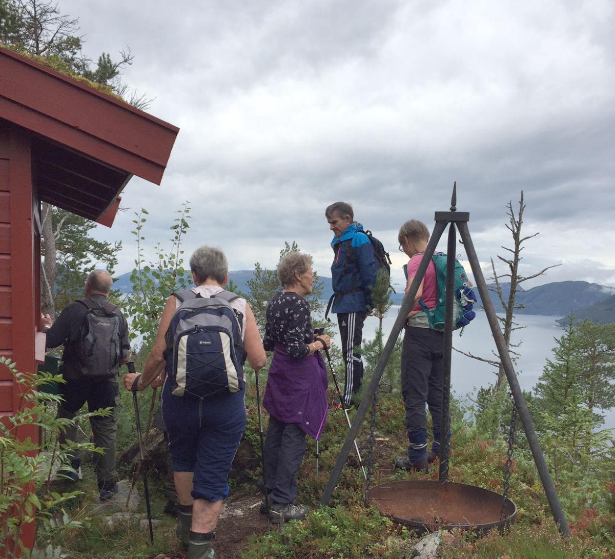 Oppe på kleiva, ved kvilebua, var det utsikt utover fjordane.  Foto: Marit Haugen