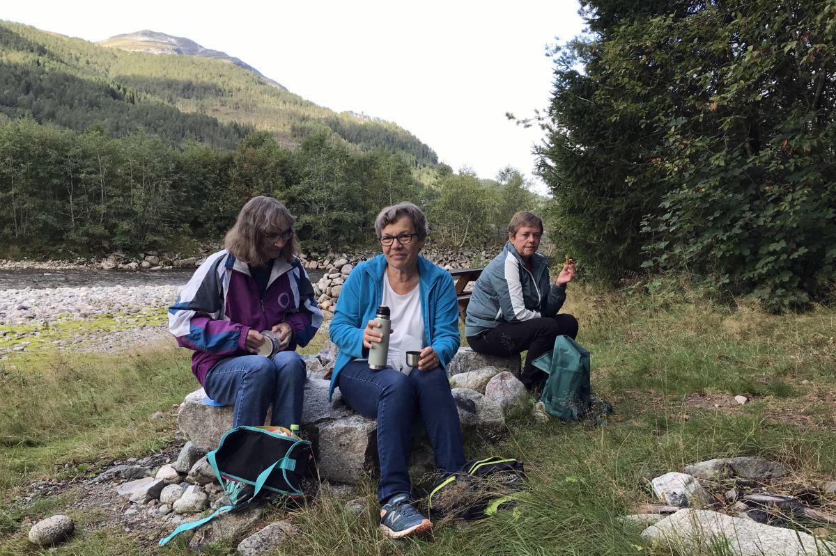 Ester Karin, Jorunn og Ingrid i ved gapahuken i Gunnøya. Foto: Dordi