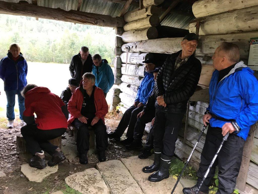 Pause under tak på stavgangturen til Svorka sist torsdag.  Foto Wenche Kvendset