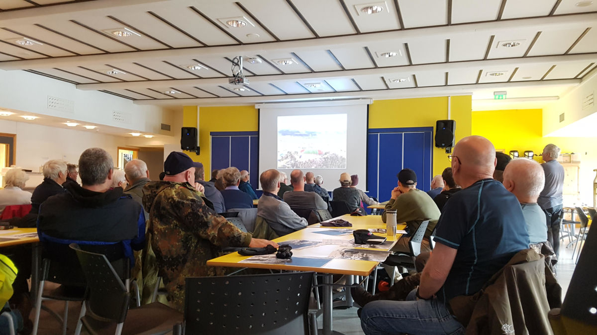 Sjur Fedje vise lysbilder av aktivitetane i Skeiområdet og på Øye.  Foto: Gunn Elin Røen