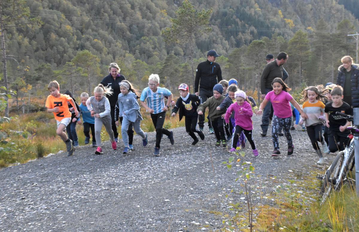 Frå fellesstarten for terrengløpet som gikk etter lysløpetraseen i ein runde i lysløypa.  Foto: Jon Olav Ørsal
