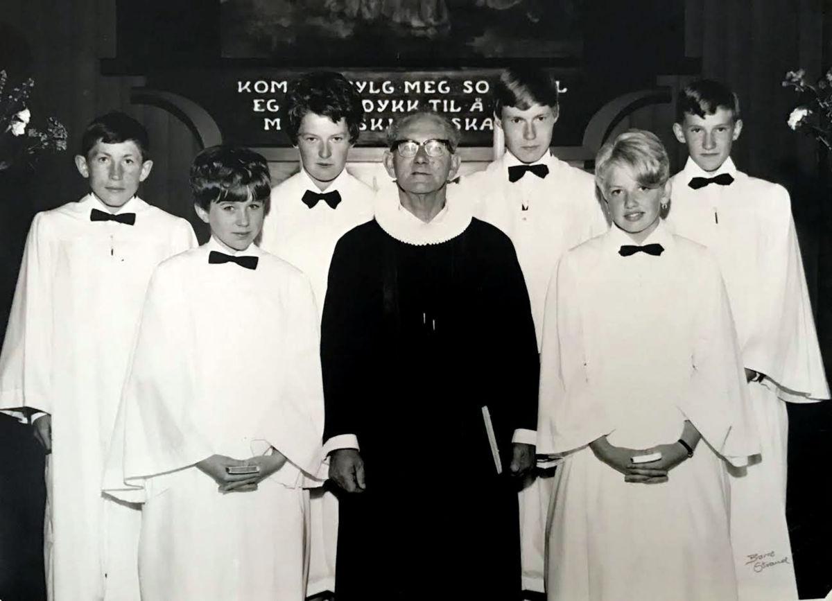 Dei 6 som vart konfirmert i 1969 - her saman med sokneprest karl Jakobsen.  Frå venstre Odd Magnar Gjeldnes, Marie Hyldbakk, Ragnhild Halle, Karl Jakobsen, Knut Halset, Randi Grønmyr og Ola Halle.  Foto utlånt av Todalen historielag.