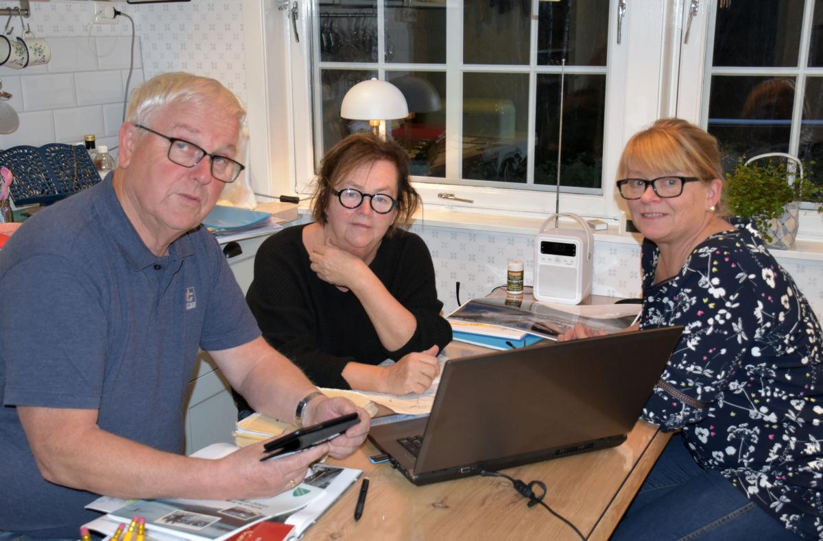 Historielaget inviterer på Temakveld - her er John, Ragnhild og Ingri i fullt arbeid ved kjøkkenbordet.   Foto: Jon Olav Ørsal