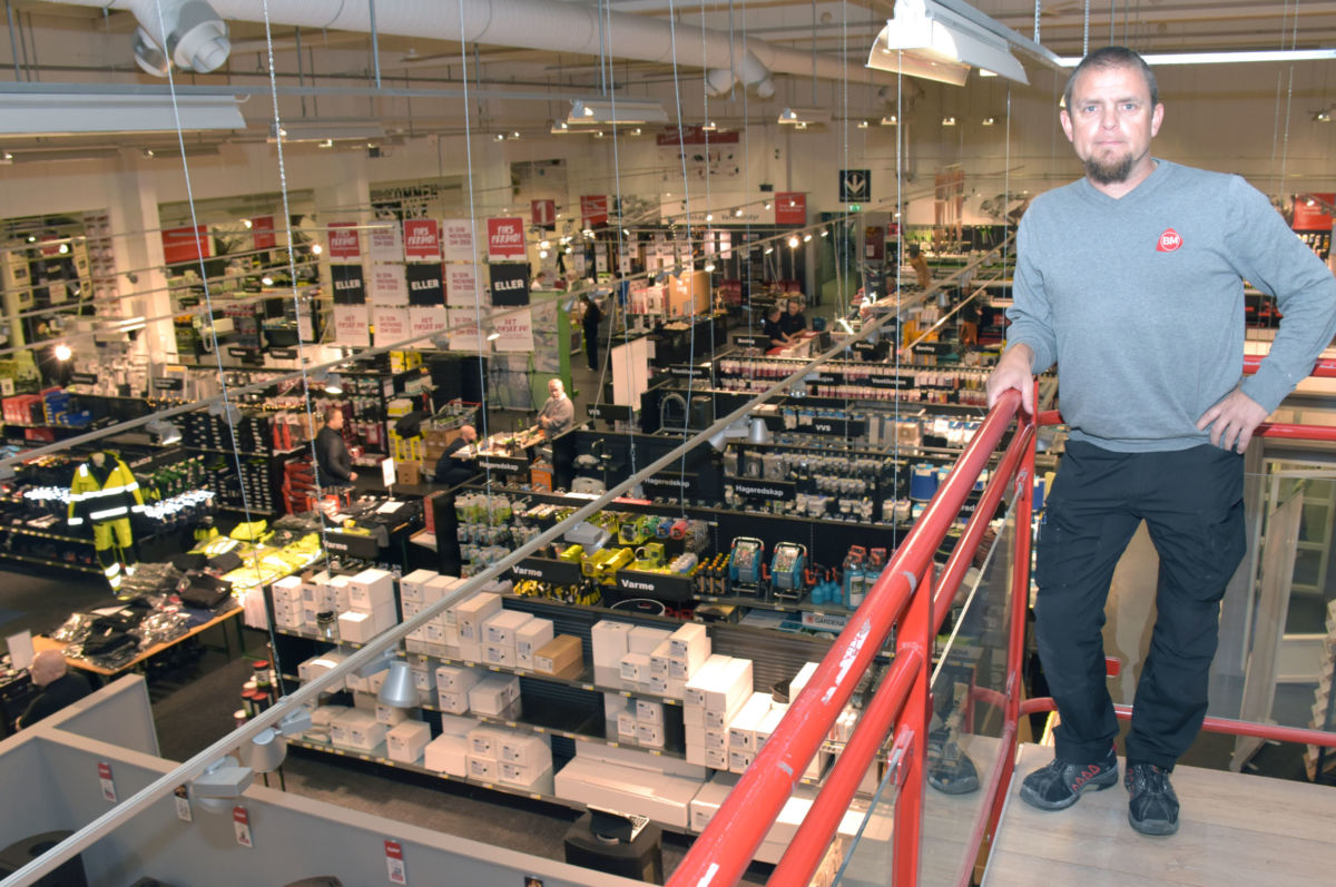 Mange so nytta høvet til å kome på handlekveld på Byggmakker og Hageland konstaterer butikksjef Jan Bjørnebeth på Byggmakker Surnadal.  Foto Jon Olav Ørsal